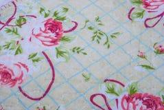 Κινηματογράφηση σε πρώτο πλάνο στο χαριτωμένο ροδαλό τρύγο λουλουδιών με το ύφασμα πλέγματος Στοκ Εικόνες