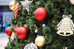 κινηματογράφηση σε πρώτο πλάνο σφαιρών διακοσμήσεων παράδοσης χριστουγεννιάτικων δέντρων Στοκ Φωτογραφία