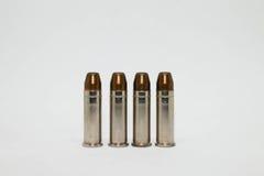Κινηματογράφηση σε πρώτο πλάνο σφαιρών στα πυρομαχικά 38Super που απομονώνονται στο άσπρο υπόβαθρο Στοκ Εικόνες