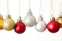 Κινηματογράφηση σε πρώτο πλάνο σφαιρών Χριστουγέννων που απομονώνεται σε ένα άσπρο υπόβαθρο στοκ φωτογραφία με δικαίωμα ελεύθερης χρήσης