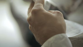 Κινηματογράφηση σε πρώτο πλάνο, σύγχρονο άτομο που διαβάζει μια γαλλική εφημερίδα μέσα απόθεμα βίντεο