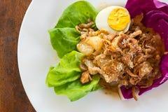Κινηματογράφηση σε πρώτο πλάνο, ταϊλανδικά τρόφιμα: pomelo σαλάτα με το βρασμένο αυγό Στοκ Εικόνες