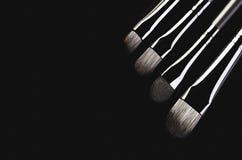 Κινηματογράφηση σε πρώτο πλάνο τεσσάρων βουρτσών makeup διαγώνια σε ένα μαύρο υπόβαθρο Χ Στοκ φωτογραφία με δικαίωμα ελεύθερης χρήσης