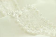 Κινηματογράφηση σε πρώτο πλάνο της άσπρης γαμήλιας floral κεντητικής Στοκ Εικόνες