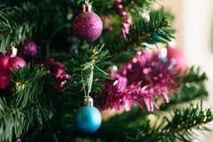 Κινηματογράφηση σε πρώτο πλάνο της ένωσης μπιχλιμπιδιών από ένα χριστουγεννιάτικο δέντρο Στοκ Εικόνες