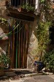 Κινηματογράφηση σε πρώτο πλάνο της γάτας μπροστά από μια πόρτα λαμβάνοντας υπόψη τη χαραυγή σε Vence στοκ εικόνα με δικαίωμα ελεύθερης χρήσης