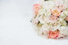 Κινηματογράφηση σε πρώτο πλάνο της γαμήλιας ανθοδέσμης με τα διαμάντια Στοκ φωτογραφίες με δικαίωμα ελεύθερης χρήσης