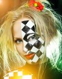 Κινηματογράφηση σε πρώτο πλάνο της γυναίκας με ένα σχέδιο σκακιού στοκ φωτογραφίες