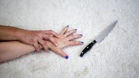 Κινηματογράφηση σε πρώτο πλάνο της γυναίκας που αρπάζει ένα μαχαίρι επιτιθειμένος από τον άνδρα Στοκ Εικόνες