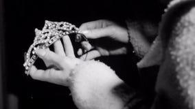 Κινηματογράφηση σε πρώτο πλάνο της γυναίκας που εξετάζει την τιάρα απόθεμα βίντεο