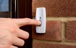 Κινηματογράφηση σε πρώτο πλάνο της γυναίκας που πιέζει ένα doorbell στοκ φωτογραφίες