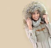 Κινηματογράφηση σε πρώτο πλάνο της γυναίκας στο χειμερινό παλτό Στοκ φωτογραφία με δικαίωμα ελεύθερης χρήσης