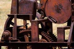 Κινηματογράφηση σε πρώτο πλάνο της εκλεκτής ποιότητας, κόκκινης, καφετιάς, πορτοκαλιάς, σκουριασμένης αγροτικής μηχανής Στοκ φωτογραφία με δικαίωμα ελεύθερης χρήσης