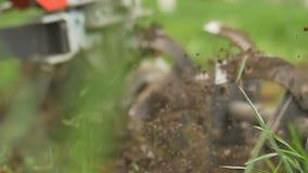 Κινηματογράφηση σε πρώτο πλάνο της λεπίδας αρότρων μηχανών χεριών που ρίχνει το έδαφος και τη χλόη κίνηση αργή απόθεμα βίντεο