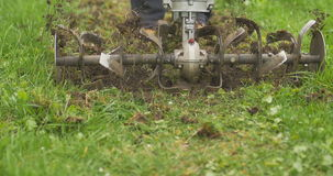Κινηματογράφηση σε πρώτο πλάνο της λεπίδας αρότρων μηχανών χεριών που ρίχνει το έδαφος και τη χλόη νεφελώδης απόθεμα βίντεο