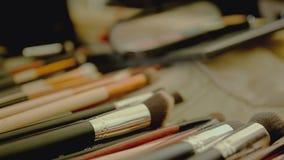 Κινηματογράφηση σε πρώτο πλάνο της επαγγελματικής εξάρτησης βουρτσών makeup απόθεμα βίντεο