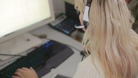 Κινηματογράφηση σε πρώτο πλάνο της επιχειρησιακής γυναίκας που μιλά στην κάσκα σε ένα τηλεφωνικό κέντρο απόθεμα βίντεο