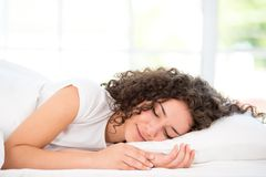 Κινηματογράφηση σε πρώτο πλάνο της ευτυχούς γυναίκας ύπνου Στοκ Εικόνα