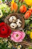 Κινηματογράφηση σε πρώτο πλάνο της ζωηρόχρωμης ανθοδέσμης Πάσχας με τα αυγά Στοκ Εικόνες