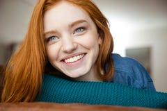 Κινηματογράφηση σε πρώτο πλάνο της θετικής νέας redhead γυναίκας Στοκ φωτογραφία με δικαίωμα ελεύθερης χρήσης
