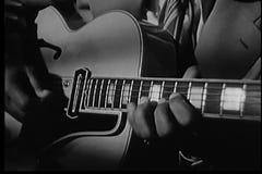 Κινηματογράφηση σε πρώτο πλάνο της κιθάρας παιχνιδιού ατόμων φιλμ μικρού μήκους