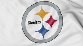 Κινηματογράφηση σε πρώτο πλάνο της κυματίζοντας σημαίας με το λογότυπο ομάδων αμερικανικού ποδοσφαίρου των Pittsburgh Steelers NF ελεύθερη απεικόνιση δικαιώματος