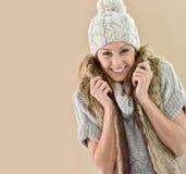 Κινηματογράφηση σε πρώτο πλάνο της νέας γυναίκας που φορά τα χειμερινά εξαρτήματα Στοκ φωτογραφία με δικαίωμα ελεύθερης χρήσης