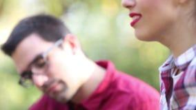 Κινηματογράφηση σε πρώτο πλάνο της νέας κιθάρας τραγουδιού γυναικών και παιχνιδιού ανδρών απόθεμα βίντεο