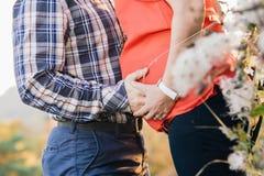 Κινηματογράφηση σε πρώτο πλάνο της νέων εγκύου γυναίκας και της συζύγου Στοκ φωτογραφία με δικαίωμα ελεύθερης χρήσης