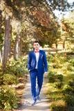 Κινηματογράφηση σε πρώτο πλάνο της νύφης σε ένα μπλε κοστούμι με μια πεταλούδα Στοκ εικόνα με δικαίωμα ελεύθερης χρήσης