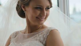 Κινηματογράφηση σε πρώτο πλάνο της ξανθής όμορφης νύφης που χαμογελά γοητευτικά στον καφέ απόθεμα βίντεο