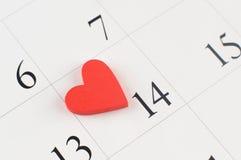 Κινηματογράφηση σε πρώτο πλάνο της ξύλινης καρδιάς στην ημερολογιακή σελίδα Στοκ φωτογραφίες με δικαίωμα ελεύθερης χρήσης