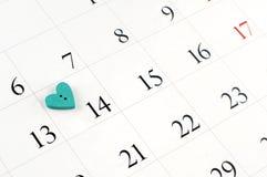 Κινηματογράφηση σε πρώτο πλάνο της ξύλινης καρδιάς στην ημερολογιακή σελίδα Στοκ εικόνες με δικαίωμα ελεύθερης χρήσης