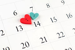 Κινηματογράφηση σε πρώτο πλάνο της ξύλινης καρδιάς στην ημερολογιακή σελίδα Στοκ Φωτογραφίες