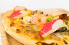 Κινηματογράφηση σε πρώτο πλάνο της πίτσας θαλασσινών στο άσπρο υπόβαθρο Στοκ Φωτογραφία