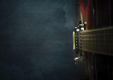 Κινηματογράφηση σε πρώτο πλάνο της παλαιάς ηλεκτρικής κιθάρας τζαζ σε ένα σκούρο μπλε υπόβαθρο στοκ φωτογραφίες