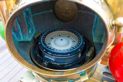 Κινηματογράφηση σε πρώτο πλάνο της παλαιάς ναυτικής γυροσκοπικής πυξίδας στο σκάφος στοκ φωτογραφία με δικαίωμα ελεύθερης χρήσης