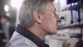 Κινηματογράφηση σε πρώτο πλάνο της πεπειραμένης εργασίας ηλεκτρολόγων απόθεμα βίντεο