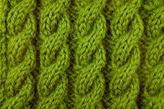 Κινηματογράφηση σε πρώτο πλάνο της πράσινης πλέκοντας βελονιάς καλωδίων Στοκ Φωτογραφία