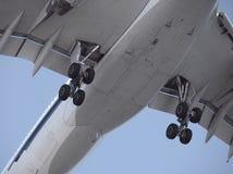 Κινηματογράφηση σε πρώτο πλάνο της προσγείωσης αεροπλάνων Στοκ Φωτογραφίες