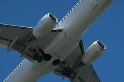 Κινηματογράφηση σε πρώτο πλάνο της προσγείωσης αεροπλάνων Στοκ φωτογραφία με δικαίωμα ελεύθερης χρήσης