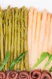 Κινηματογράφηση σε πρώτο πλάνο της σαλάτας σπαραγγιού με τις αντσούγιες Στοκ εικόνα με δικαίωμα ελεύθερης χρήσης