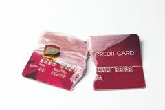 Κινηματογράφηση σε πρώτο πλάνο της σπασμένης κόκκινης πιστωτικής κάρτας στο άσπρο υπόβαθρο Στοκ Εικόνες