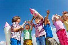 Κινηματογράφηση σε πρώτο πλάνο της στάσης παιδιών με το παιχνίδι πυραύλων εγγράφου Στοκ εικόνα με δικαίωμα ελεύθερης χρήσης