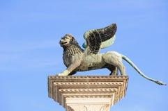 Κινηματογράφηση σε πρώτο πλάνο της στήλης με το φτερωτό λιοντάρι, το σύμβολο της Βενετίας, και το β Στοκ φωτογραφία με δικαίωμα ελεύθερης χρήσης