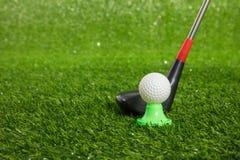 Κινηματογράφηση σε πρώτο πλάνο της σφαίρας γκολφ παιχνιδιών και putter Στοκ εικόνες με δικαίωμα ελεύθερης χρήσης