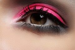 Κινηματογράφηση σε πρώτο πλάνο της σύνθεσης ματιών μόδας, φωτεινή ρόδινη σκιά ματιών Στοκ Φωτογραφίες