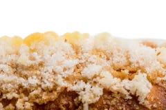 Κινηματογράφηση σε πρώτο πλάνο της τραγανής ζάχαρης γαλλικό σε croissant Στοκ Εικόνες