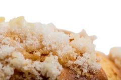 Κινηματογράφηση σε πρώτο πλάνο της τραγανής ζάχαρης γαλλικό σε croissant Στοκ εικόνες με δικαίωμα ελεύθερης χρήσης