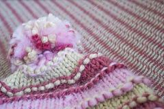 Κινηματογράφηση σε πρώτο πλάνο της λυγαριάς, χειμώνας, παχύ καπέλο ντυμένο πέρα από τον καναπέ άφυλες στοκ φωτογραφία